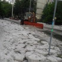 Зверска градушка удари България-Извадиха снегорини!