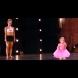 2-годишното момиченце се качи на сцената след мама. А сега вижте внимателно какво направи… (ВИДЕО)