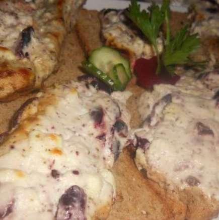 Свински пържоли със сметана, сирене и маслини