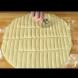 Тя наряза тестото на ивици и направи нещо, което ще ви накара да се затичате към кухнята веднага (видео)