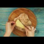Най обичам гърдичките - начуквам, пълня, панирам. Като ги разрежеш после, отвътре потича разтапяща вкусотия! (Видео)