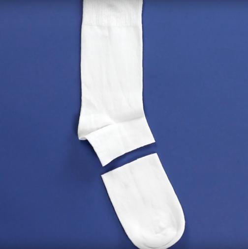 Събрах старите бели чорапки на децата: тогава настана забавата! Първо ги срязахме, после ги напълнихме, а после - вижте: