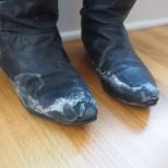 Обувките ни се съсипват от солта през зимата, но ако знаете тези трикове ще ги предпазите за години напред