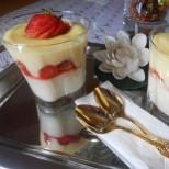 Лапни-глътни: бърз десерт с ягоди в чаша