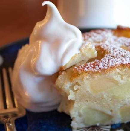 Бърза и вкусна торта с пудинг и ябълки
