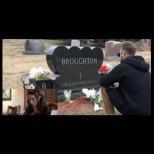 Това момче отиде на гроба на бащата на приятелката си, за да направи нещо, което разтърси всички до основи (видео)