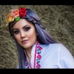 Красивата певица Александра посреща националния празник с уникални снимки
