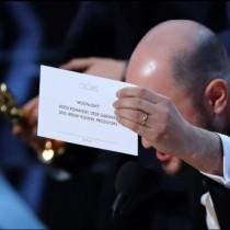 """Най-големият гаф в историята на """"Оскарите""""! Объркаха заглавието на на-добрия филм, даже връчиха статуетката на грешните хора!"""