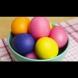 Видео: Как да боядисате яйцата по естествен начин. Ето какво да използвате!