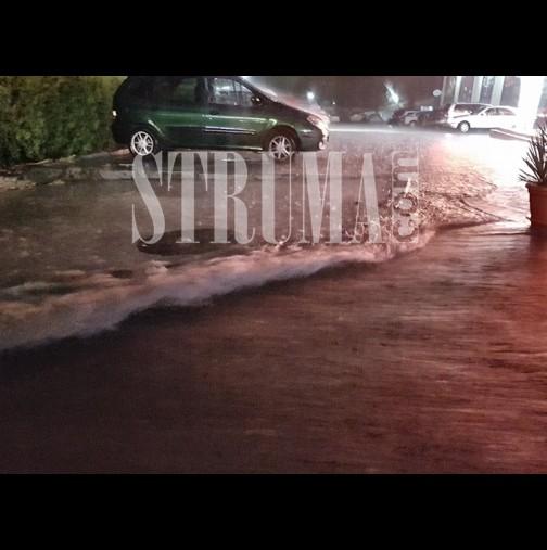 След големите жеги - невиждан порой в Петрич! Коли закъсаха по улици като море, водата подкопа релси