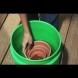 Съседката сложи саксиите в кофа с вода, а за това, което се получи, всички сега й завиждаме! (Видео)