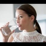 Таблица с количество вода, което трябва да приемат жените всеки ден според теглото