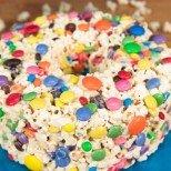 Ето я звездата на всички детски рождени дни: Торта от пуканки (ВИДЕО)