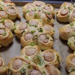 Цъфнали хлебчета с кренвирш и пресен лук