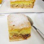 Неустоим бисквитен сладкиш Златна есен - уханно съчетание от плодове, ядки и пухкаво тесто