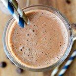 Поднесете будилник в чаша - освежаващо смути от кафе за добро утро