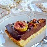 Шоколадова пита с карамелизирани смокини