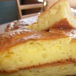 За 40 минути ще е на трапезата: топла и вкусна бъркана погача със сирене