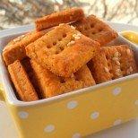 Домашни хруски със сирене и червен пипер