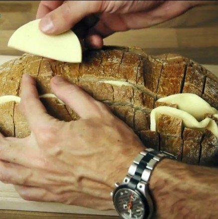 Увийте хляба във фолио и го пъхнете във фурната: След това видео веднага ще притичате в кухнята!