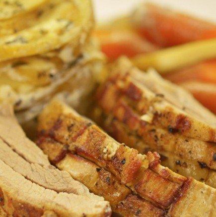 Видео рецепта: Бавно печено свинско на фурна, поднесено с нежни сметанови картофки - търпението ви ще бъде възнаградено стократно!