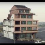 Къща по средата на магистралата
