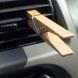 Той винаги поставя щипка в колата - причината ще ви накара и вие да направите същото (Видео)