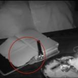 Камера засне как дух чете Библията и включва алармата