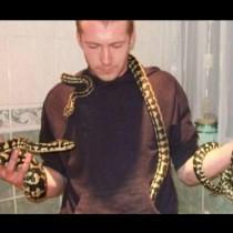Историята, която ще смрази кръвта ви: Този човек отглежда 10 змии и 12 тарантули, а след това …