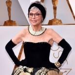 Тази 86-годишна звезда засенчи всички дами на Оскарите! Появи се в роклята си от преди 56 години! (Снимки)