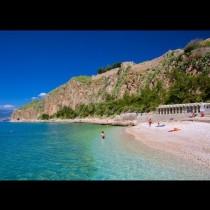 Гръцката гордост: Древен и романтичен, пълен със зеленина и цветя!
