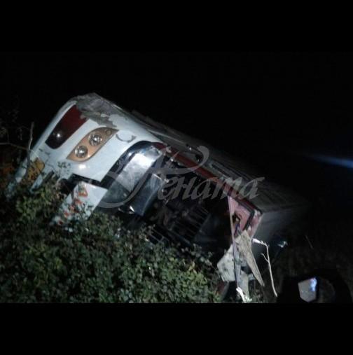 Кошмарът на пътя продължава! Автобус с деца в катастрофира в канавка край Велико Търново