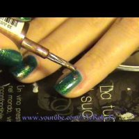 Как да си направим маникюр в тъмно зелено и бежово