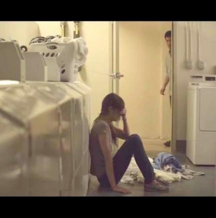 Съпруг намери жена си да плаче при прането, а след това му разказа шокиращата истина