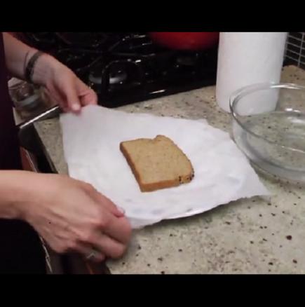 Тя обви филийки хляб във вестника