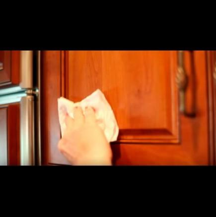 Как да премахнем мазните петна от кухненските шкафове и плочки: