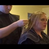 Тя почти припадна, когато той й показа какво е открил в косата
