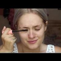 Докато поставя спирала това момиче плаче