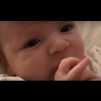 Бебе на 2 месеца казва Здравей на майка си