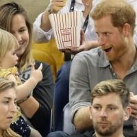 Момиченце взе пуканките на принц Хари