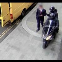 Бизнесмен вървял по улицата и гледал в телефона-Ето какво му се случи!
