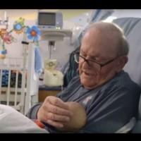 Дядо се грижи за бебета