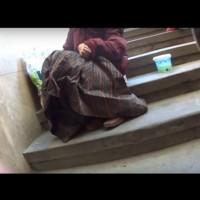 Момчета искат от посяци и музиканти пари на улицата