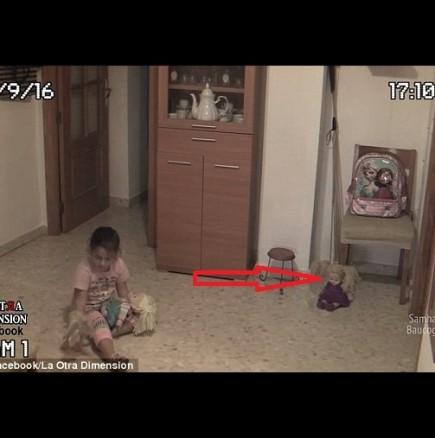 Камерата снима как едно малко момиче играе