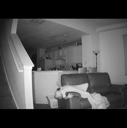 Бащата постави скрита камера у дома и ето какво видя!