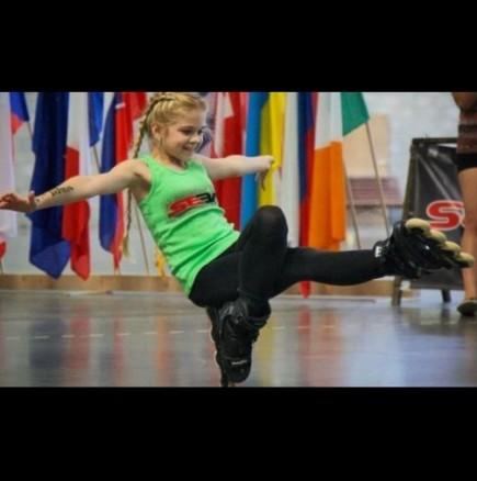 11-годишно момиче смайва с изпълненията си с ролери