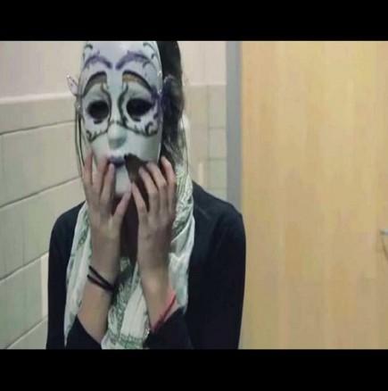 Тя свали маската от лицето си в банята, и когато напусна, всеки я гледаше
