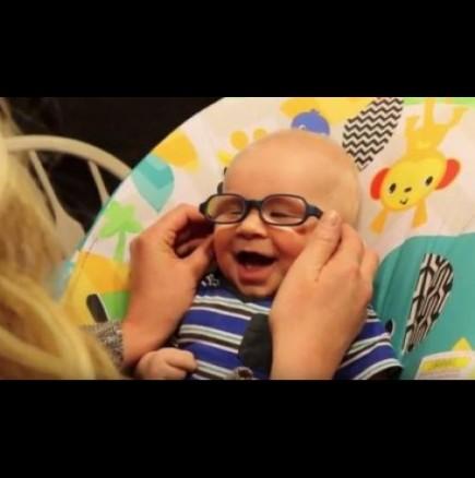 Бебе за първи път вижда лицето на майка си