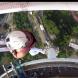 Синтия Кюри извършва каскади на върха на кулата Куала Лумпур
