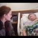 Медицинската сестра седеше до бабата, която умира